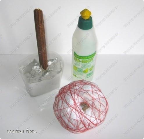 ЕВРОПЕЙСКОЕ ДЕРЕВО. Иногда его называют также бонсаем или европейским бонсаем. Это деревце (высотой обычно от 0,15 до 0,5 м), с прямым или слегка изогнутым стволиком и геометрически правильной шаровидной кроной, посаженной на ствол. В зависимости от материала, используемого для кроны, он может иметь различный характер (ореховое, травяное, зеленое, ажурное и т.д.)  На примере этого мастер-класса показываю свой способ изготовления Европейского стилизованного дерева.  НЕОБХОДИМЫЕ МАТЕРИАЛЫ: Емкость Алебастр (гипс) Стволик Газета (бумага) Нитки Сухоцветы Креп.бумага Гофр.бумага Фетр Клей («Момент», ПВА) или клеевой пистолет.  ТЕХНИКА ИЗГОТОВЛЕНИЯ.  При создании европейского дерева необходимо обратить внимание на ТРИ ОСНОВНЫХ МОМЕНТА: - важно грамотно подобрать емкость или подставку для дерева,  - определиться с длиной стволика, - выбрать характер кроны.   фото 8