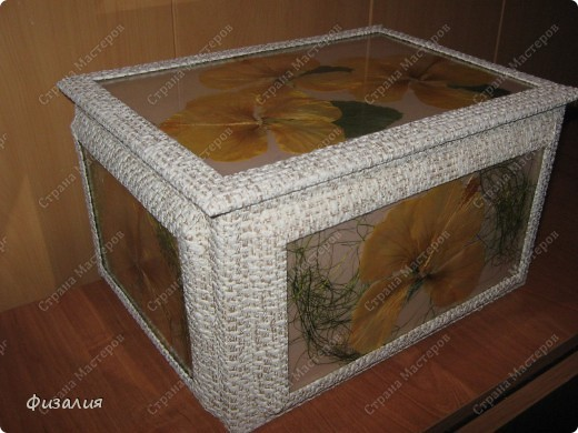 Вот такой ларец мне задумалось сделать. У меня цветет гибискус. Хотелось сохранить красоту его цветов. Попробовала засушить- неплохой гербарий получается.  Для ларца использовала картонную коробку. Ее обклеила остатками обоев.  Далее взяла потолочную плитку, на нее наклеила сухие цветы, листья, сизаль, сверху- стекло ( тонкое стекло от рамок), его клеила по краю. Готовые композиции приклеила на коробку. Оформила рамками, тоже из обоев. фото 1