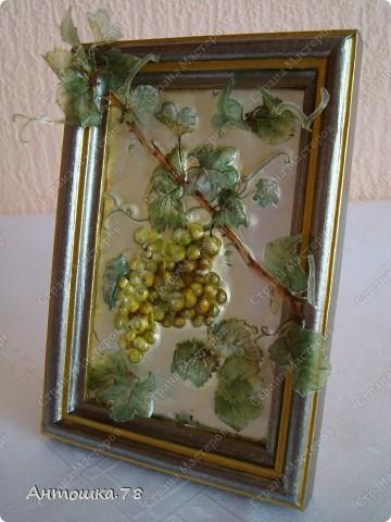 Мой второй опыт в объёмном декупаже. Красива виноградная лоза. Манит нас, истекая соком винным. И наслаждаются мои глаза Чарующим, неповторимым видом. Дрожит, играя с шалунишкой - ветром . Зелёных листьев, сотканный ажур. И прижимаясь к гроздьям знойным летом Ласкает, соблазняя, как амур. http://stranamasterov.ru/user/20537 мастер-класс по работе с термоплёнкой. Техника объемного декупажа Sospeso Trasparente была изобретена итальянкой Моникой Аллегро. фото 4