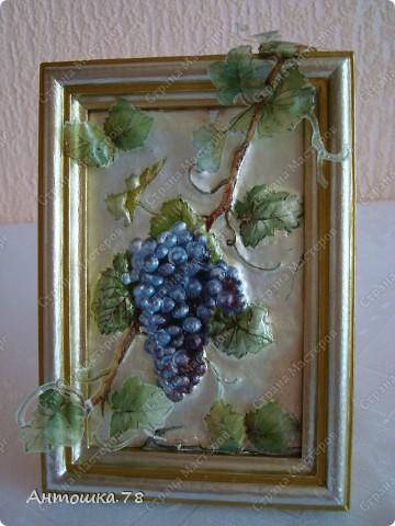 Мой второй опыт в объёмном декупаже. Красива виноградная лоза. Манит нас, истекая соком винным. И наслаждаются мои глаза Чарующим, неповторимым видом. Дрожит, играя с шалунишкой - ветром . Зелёных листьев, сотканный ажур. И прижимаясь к гроздьям знойным летом Ласкает, соблазняя, как амур. http://stranamasterov.ru/user/20537 мастер-класс по работе с термоплёнкой. Техника объемного декупажа Sospeso Trasparente была изобретена итальянкой Моникой Аллегро. фото 2