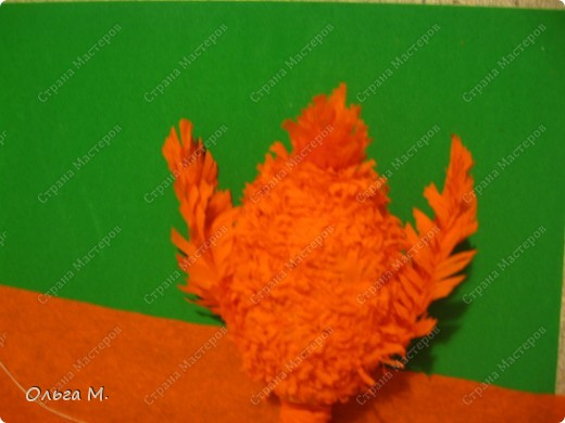 Захотелось сделать птицу из гофрированной бумаги. Сперва хотели с дочкой сотворить страуса, но потом решили , что у нас должен появиться ещё один фламинго(первого мы делали из модулей)! Кстати. по этой же схеме можно сделать и белого или чёрного лебедя, только немного изменив крылья и уменьшив ноги. фото 16