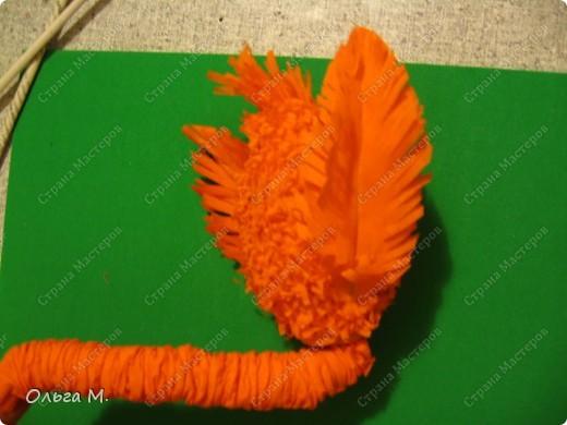 Захотелось сделать птицу из гофрированной бумаги. Сперва хотели с дочкой сотворить страуса, но потом решили , что у нас должен появиться ещё один фламинго(первого мы делали из модулей)! Кстати. по этой же схеме можно сделать и белого или чёрного лебедя, только немного изменив крылья и уменьшив ноги. фото 17