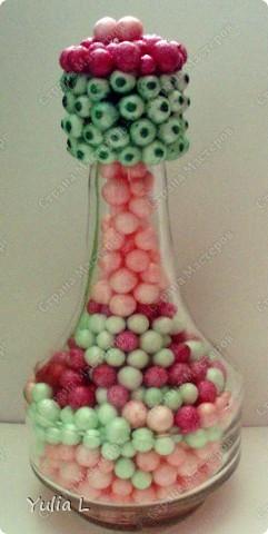 Две подарочные бутылки, но такие разные по скорости выполнения. Маленькую сделала дочуня для бабушки; наполнитель - пенопластовые шарики, крышку обклеили при помощи клеевого пистолета. В большой бутылке - звездочки счастья для папы, крутили несколько вечеров. Пробка декорирована флористической сизалью.  МК можно посмотреть здесь http://blog.kp.ru/users/murlis/post149069952/ фото 3