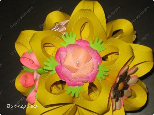 """"""".... А на нём росли цветы небывалой красоты..."""" Давно хотела сделать эту кусудаму, но по определённым причинам создание этой поделки откладывалось.  В результате, на нашем сайте появился не один ксудама-шарик - они, как близнецы-братья, стали появляться один за другим. Только цветом разные.... Вот и пришла в голову идея, а что, если немного поиграть? Например, сделать эту кусудаму, но использовать """"шар"""" в качестве кроны дерева. А серединки цветов, из которых состоит шарик, украсить по-новому? фото 5"""
