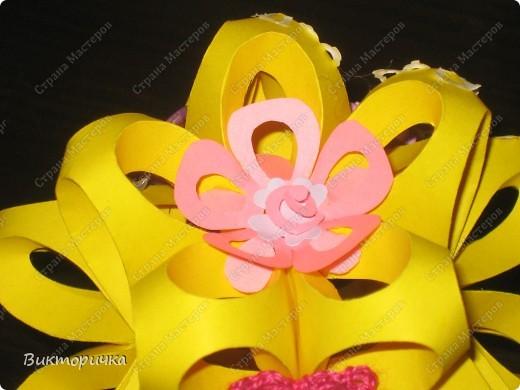 """"""".... А на нём росли цветы небывалой красоты..."""" Давно хотела сделать эту кусудаму, но по определённым причинам создание этой поделки откладывалось.  В результате, на нашем сайте появился не один ксудама-шарик - они, как близнецы-братья, стали появляться один за другим. Только цветом разные.... Вот и пришла в голову идея, а что, если немного поиграть? Например, сделать эту кусудаму, но использовать """"шар"""" в качестве кроны дерева. А серединки цветов, из которых состоит шарик, украсить по-новому? фото 8"""