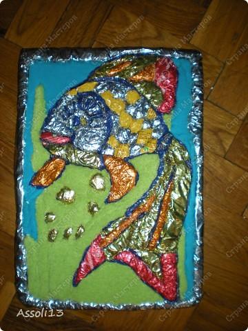 вот такая золотая рыбка получилась на пенопласте из фольги для конфет фото 1