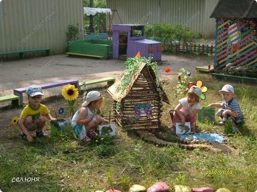 Фоторепортаж Оформление участков в детском саду Материал бросовый фото 9