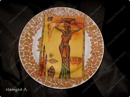 увидела вчера красивые салфетки...и не смогла устоять... :о)  взяла обычню тарелку, яичную скорлупу, салфетку, клей ПВА....  фото 2