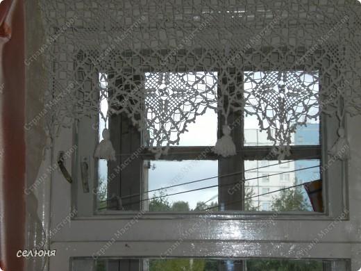 Вот такие занавесочки связаны у меня для окна на кухне. Окошко у нас нестандартное, очень небольшое, поэтому занавесочек несколько. фото 5
