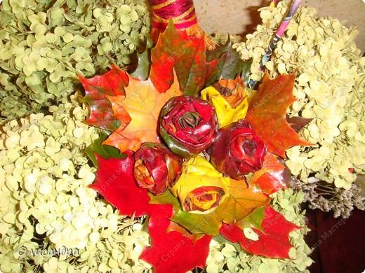 В прошлом году увидела,как делают такие букетики, но осень закончилась раньше,чем я собралась за листьями... В этом году я ,наконец-то,попробовала... Результатом,в принципе,довольна...,но в следующий раз наберу побольше желтых листьев, а то розы слишком пестрые получились...Наверно, в одном цветке не надо смешивать листья разных цветов...