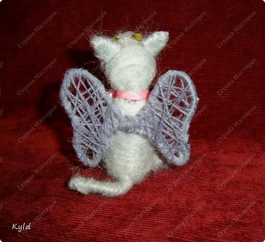 Однажды он увидел крылатую кошку. Она парила над крышами на своих белых легких крыльях и он понял , что пропал...... ОН готов отдать ей свое сердце. И вот он смотрит с надеждой в небо, не покажется ли она, его возлюбленная.....Он еще сам не знает, что у него тоже выросли крылья))))) фото 3
