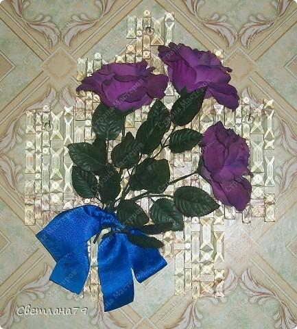 Стеклянные детали от старой люстры маленькими гвоздиками приколочены прямо к стене. Сверху искуственные цветы (уже несколько лет лежали в шкафу, вот и пригодились). Панно придумала моя соседка Наталья Сайфуллина.