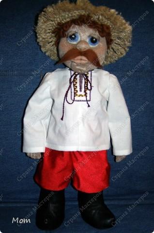 Это мой первый опыт в изготовлении кукол. Спасибо Ликме за её МК! Изначально хотела сделать домовёнка, но в процессе работы он у меня начал превращался то в татарского хана, то в мулата какого-то, а в итоге получился вот такой хлопец.  фото 3