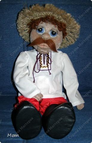 Это мой первый опыт в изготовлении кукол. Спасибо Ликме за её МК! Изначально хотела сделать домовёнка, но в процессе работы он у меня начал превращался то в татарского хана, то в мулата какого-то, а в итоге получился вот такой хлопец.  фото 2