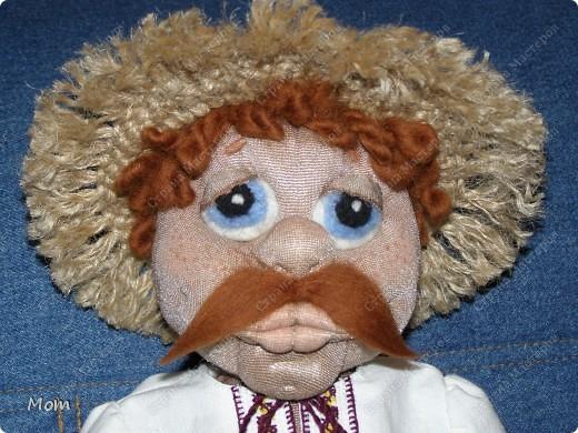 Это мой первый опыт в изготовлении кукол. Спасибо Ликме за её МК! Изначально хотела сделать домовёнка, но в процессе работы он у меня начал превращался то в татарского хана, то в мулата какого-то, а в итоге получился вот такой хлопец.  фото 1