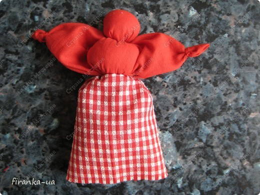 Хочу поделится с вами МК по созданию замечательных праздничных куколок: Пасхальной куколки и куколки Вербницы.  Вербница  символизирует куст вербы; пробуждение природы весной; женщину, которая идет в церковь в день Вербного воскресенья освящать вербочку.  Делалась перед Вербным Воскресеньем. Ее цвета должны быть приближены к цветам вербы. В ручках кукла держит три веточки вербы. На личике можно выплести тоненький крестик.  По верованиями давних славян, верба - Бог дерево, символ не только Мирового дерева, а и чрезвычайной жизненной силы, так как имеет способность развиваться без корней. Противопоставляется сосне и дубу, которые не всегда могут выдержать бурю; вербовые же ветви благодаря своей гибкости остаются целыми.  Пасхальная кукла К паре Вербнице делалась Пасхальная кукла. Она символизирует женщину, которая идет на Пасху к церкви освящать паски. Выполняется кукла в красных цветах. Лицо такой куколки обязательно должно быть красное. На лице также можно выплести тоненький желтый, или золотистый крестик. В ручках куколка держит узелок, который символизирует котомку с пасочками.  И Вербница и Пасхальная делаются по одному и тому же принципу - различие в цветах и в том, что у куколок в ручках))) фото 19