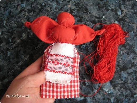 Хочу поделится с вами МК по созданию замечательных праздничных куколок: Пасхальной куколки и куколки Вербницы.  Вербница  символизирует куст вербы; пробуждение природы весной; женщину, которая идет в церковь в день Вербного воскресенья освящать вербочку.  Делалась перед Вербным Воскресеньем. Ее цвета должны быть приближены к цветам вербы. В ручках кукла держит три веточки вербы. На личике можно выплести тоненький крестик.  По верованиями давних славян, верба - Бог дерево, символ не только Мирового дерева, а и чрезвычайной жизненной силы, так как имеет способность развиваться без корней. Противопоставляется сосне и дубу, которые не всегда могут выдержать бурю; вербовые же ветви благодаря своей гибкости остаются целыми.  Пасхальная кукла К паре Вербнице делалась Пасхальная кукла. Она символизирует женщину, которая идет на Пасху к церкви освящать паски. Выполняется кукла в красных цветах. Лицо такой куколки обязательно должно быть красное. На лице также можно выплести тоненький желтый, или золотистый крестик. В ручках куколка держит узелок, который символизирует котомку с пасочками.  И Вербница и Пасхальная делаются по одному и тому же принципу - различие в цветах и в том, что у куколок в ручках))) фото 21