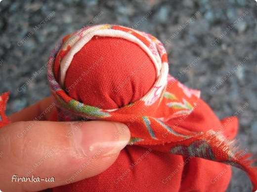 Хочу поделится с вами МК по созданию замечательных праздничных куколок: Пасхальной куколки и куколки Вербницы.  Вербница  символизирует куст вербы; пробуждение природы весной; женщину, которая идет в церковь в день Вербного воскресенья освящать вербочку.  Делалась перед Вербным Воскресеньем. Ее цвета должны быть приближены к цветам вербы. В ручках кукла держит три веточки вербы. На личике можно выплести тоненький крестик.  По верованиями давних славян, верба - Бог дерево, символ не только Мирового дерева, а и чрезвычайной жизненной силы, так как имеет способность развиваться без корней. Противопоставляется сосне и дубу, которые не всегда могут выдержать бурю; вербовые же ветви благодаря своей гибкости остаются целыми.  Пасхальная кукла К паре Вербнице делалась Пасхальная кукла. Она символизирует женщину, которая идет на Пасху к церкви освящать паски. Выполняется кукла в красных цветах. Лицо такой куколки обязательно должно быть красное. На лице также можно выплести тоненький желтый, или золотистый крестик. В ручках куколка держит узелок, который символизирует котомку с пасочками.  И Вербница и Пасхальная делаются по одному и тому же принципу - различие в цветах и в том, что у куколок в ручках))) фото 23