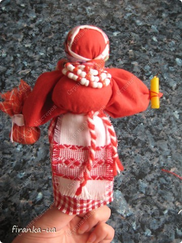 Хочу поделится с вами МК по созданию замечательных праздничных куколок: Пасхальной куколки и куколки Вербницы. Вербница символизирует куст вербы; пробуждение природы весной; женщину, которая идет в церковь в день Вербного воскресенья освящать вербочку. Делалась перед Вербным Воскресеньем. Ее цвета должны быть приближены к цветам вербы. В ручках кукла держит три веточки вербы. На личике можно выплести тоненький крестик. По верованиями давних славян, верба - Бог дерево, символ не только Мирового дерева, а и чрезвычайной жизненной силы, так как имеет способность развиваться без корней. Противопоставляется сосне и дубу, которые не всегда могут выдержать бурю; вербовые же ветви благодаря своей гибкости остаются целыми. Пасхальная кукла К паре Вербнице делалась Пасхальная кукла. Она символизирует женщину, которая идет на Пасху к церкви освящать паски. Выполняется кукла в красных цветах. Лицо такой куколки обязательно должно быть красное. На лице также можно выплести тоненький желтый, или золотистый крестик. В ручках куколка держит узелок, который символизирует котомку с пасочками. И Вербница и Пасхальная делаются по одному и тому же принципу - различие в цветах и в том, что у куколок в ручках))) фото 26