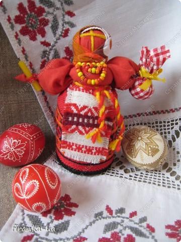 Хочу поделится с вами МК по созданию замечательных праздничных куколок: Пасхальной куколки и куколки Вербницы. Вербница символизирует куст вербы; пробуждение природы весной; женщину, которая идет в церковь в день Вербного воскресенья освящать вербочку. Делалась перед Вербным Воскресеньем. Ее цвета должны быть приближены к цветам вербы. В ручках кукла держит три веточки вербы. На личике можно выплести тоненький крестик. По верованиями давних славян, верба - Бог дерево, символ не только Мирового дерева, а и чрезвычайной жизненной силы, так как имеет способность развиваться без корней. Противопоставляется сосне и дубу, которые не всегда могут выдержать бурю; вербовые же ветви благодаря своей гибкости остаются целыми. Пасхальная кукла К паре Вербнице делалась Пасхальная кукла. Она символизирует женщину, которая идет на Пасху к церкви освящать паски. Выполняется кукла в красных цветах. Лицо такой куколки обязательно должно быть красное. На лице также можно выплести тоненький желтый, или золотистый крестик. В ручках куколка держит узелок, который символизирует котомку с пасочками. И Вербница и Пасхальная делаются по одному и тому же принципу - различие в цветах и в том, что у куколок в ручках))) фото 28