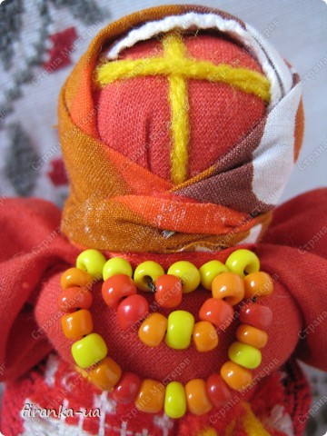 Хочу поделится с вами МК по созданию замечательных праздничных куколок: Пасхальной куколки и куколки Вербницы.  Вербница  символизирует куст вербы; пробуждение природы весной; женщину, которая идет в церковь в день Вербного воскресенья освящать вербочку.  Делалась перед Вербным Воскресеньем. Ее цвета должны быть приближены к цветам вербы. В ручках кукла держит три веточки вербы. На личике можно выплести тоненький крестик.  По верованиями давних славян, верба - Бог дерево, символ не только Мирового дерева, а и чрезвычайной жизненной силы, так как имеет способность развиваться без корней. Противопоставляется сосне и дубу, которые не всегда могут выдержать бурю; вербовые же ветви благодаря своей гибкости остаются целыми.  Пасхальная кукла К паре Вербнице делалась Пасхальная кукла. Она символизирует женщину, которая идет на Пасху к церкви освящать паски. Выполняется кукла в красных цветах. Лицо такой куколки обязательно должно быть красное. На лице также можно выплести тоненький желтый, или золотистый крестик. В ручках куколка держит узелок, который символизирует котомку с пасочками.  И Вербница и Пасхальная делаются по одному и тому же принципу - различие в цветах и в том, что у куколок в ручках))) фото 29