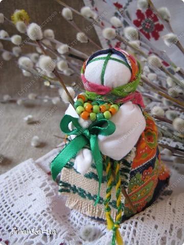 Хочу поделится с вами МК по созданию замечательных праздничных куколок: Пасхальной куколки и куколки Вербницы.  Вербница  символизирует куст вербы; пробуждение природы весной; женщину, которая идет в церковь в день Вербного воскресенья освящать вербочку.  Делалась перед Вербным Воскресеньем. Ее цвета должны быть приближены к цветам вербы. В ручках кукла держит три веточки вербы. На личике можно выплести тоненький крестик.  По верованиями давних славян, верба - Бог дерево, символ не только Мирового дерева, а и чрезвычайной жизненной силы, так как имеет способность развиваться без корней. Противопоставляется сосне и дубу, которые не всегда могут выдержать бурю; вербовые же ветви благодаря своей гибкости остаются целыми.  Пасхальная кукла К паре Вербнице делалась Пасхальная кукла. Она символизирует женщину, которая идет на Пасху к церкви освящать паски. Выполняется кукла в красных цветах. Лицо такой куколки обязательно должно быть красное. На лице также можно выплести тоненький желтый, или золотистый крестик. В ручках куколка держит узелок, который символизирует котомку с пасочками.  И Вербница и Пасхальная делаются по одному и тому же принципу - различие в цветах и в том, что у куколок в ручках))) фото 1