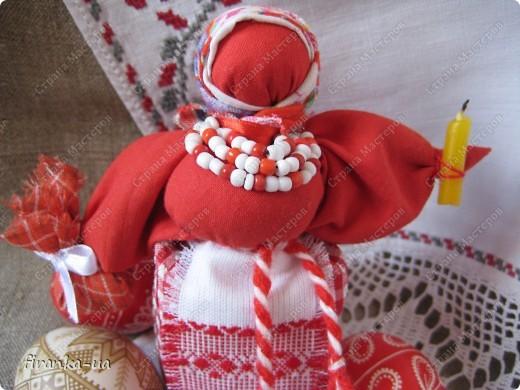 Хочу поделится с вами МК по созданию замечательных праздничных куколок: Пасхальной куколки и куколки Вербницы. Вербница символизирует куст вербы; пробуждение природы весной; женщину, которая идет в церковь в день Вербного воскресенья освящать вербочку. Делалась перед Вербным Воскресеньем. Ее цвета должны быть приближены к цветам вербы. В ручках кукла держит три веточки вербы. На личике можно выплести тоненький крестик. По верованиями давних славян, верба - Бог дерево, символ не только Мирового дерева, а и чрезвычайной жизненной силы, так как имеет способность развиваться без корней. Противопоставляется сосне и дубу, которые не всегда могут выдержать бурю; вербовые же ветви благодаря своей гибкости остаются целыми. Пасхальная кукла К паре Вербнице делалась Пасхальная кукла. Она символизирует женщину, которая идет на Пасху к церкви освящать паски. Выполняется кукла в красных цветах. Лицо такой куколки обязательно должно быть красное. На лице также можно выплести тоненький желтый, или золотистый крестик. В ручках куколка держит узелок, который символизирует котомку с пасочками. И Вербница и Пасхальная делаются по одному и тому же принципу - различие в цветах и в том, что у куколок в ручках))) фото 27