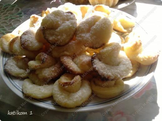 Тортик из готовых коржей. Первый слой промазан кремом (масло+сгуенка+ бананы) второй слой творожная масса (фруктовая) и так чередуютя дальше, получилось 5 коржей. Украсила грибочками, детские печенюшки. фото 3