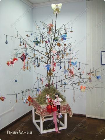 """Хочу поделиться с вами секретом Рождественского дерева. Сделать его очень просто. Нужно найти ветку плодового дерева (можно сухую), установить ее на подставочку и украсить самодельными Рождественским игрушечками, домашними пряниками с корицей и ванилью, бубликами и лентами. Под деревом можно художественно разбросать сенца и положить в него красные яблочки. Тогда деревце будет еще ароматней и волшебней!)))А если веточку на ночь поставить  в соляной раствор, то к утру она покроется соляным """"инеем"""".  Раньше, на зимние праздники дом украшали ветвями слив, яблонь и вишен, которые ставили в воду с таким расчетом, чтобы они распустились к Рождеству. Аутентичная традиция наряжать ветвь плодового дерева, сохранялась в  селах и в советские времена. Но, к сожалению, символическое значение этой традиции, начало теряться уже  в конце XІ- начала XX век. Когда-то у славянских народов елка была нехорошим символом смерти, а цветущая Рождественская ветвь символизировала плодородие, возрождение природы и свет. Но уже в XX веке крестьяне ставили цветущую новогоднюю ветвь лишь потому, что не имели возможности приобрести ( а, тем более, срубить в государственном лесу!) елку. Обрядовая и обереговая функции игрушек также была почти утрачены и ее главными функциями стали игровая и воспитательная. фото 1"""