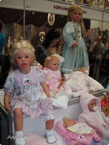 Вот мы и побывали на выставке кукол. Успели в последний день посетить. Предлагаю вашему вниманию немного фотографий, в реальности их больше. Эта кукла мне безумно понравилась, считаю что она самая лучшая. фото 16