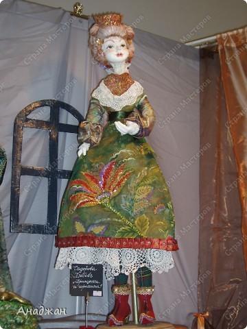 Вот мы и побывали на выставке кукол. Успели в последний день посетить. Предлагаю вашему вниманию немного фотографий, в реальности их больше. Эта кукла мне безумно понравилась, считаю что она самая лучшая. фото 2
