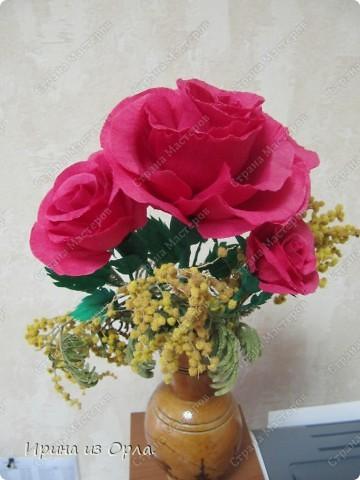 Наконец-то я доделала букетик из роз. Давно лежали на рабочем столе только цветочки, на проволоке, без зелени. В пятницу в обеденный перерыв у меня появилось немного свободного времени. Вот что получилось!  фото 2