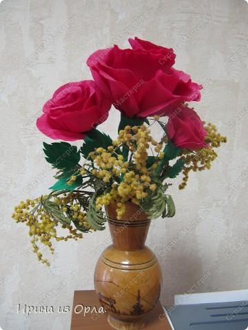 Наконец-то я доделала букетик из роз. Давно лежали на рабочем столе только цветочки, на проволоке, без зелени. В пятницу в обеденный перерыв у меня появилось немного свободного времени. Вот что получилось!  фото 1