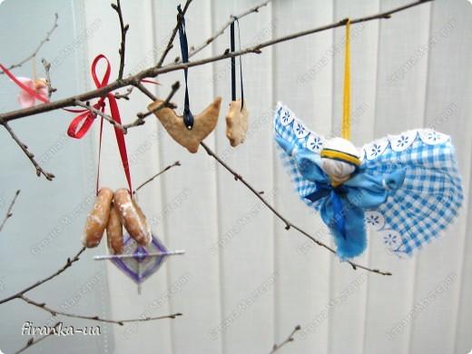 """Хочу поделиться с вами секретом Рождественского дерева. Сделать его очень просто. Нужно найти ветку плодового дерева (можно сухую), установить ее на подставочку и украсить самодельными Рождественским игрушечками, домашними пряниками с корицей и ванилью, бубликами и лентами. Под деревом можно художественно разбросать сенца и положить в него красные яблочки. Тогда деревце будет еще ароматней и волшебней!)))А если веточку на ночь поставить  в соляной раствор, то к утру она покроется соляным """"инеем"""".  Раньше, на зимние праздники дом украшали ветвями слив, яблонь и вишен, которые ставили в воду с таким расчетом, чтобы они распустились к Рождеству. Аутентичная традиция наряжать ветвь плодового дерева, сохранялась в  селах и в советские времена. Но, к сожалению, символическое значение этой традиции, начало теряться уже  в конце XІ- начала XX век. Когда-то у славянских народов елка была нехорошим символом смерти, а цветущая Рождественская ветвь символизировала плодородие, возрождение природы и свет. Но уже в XX веке крестьяне ставили цветущую новогоднюю ветвь лишь потому, что не имели возможности приобрести ( а, тем более, срубить в государственном лесу!) елку. Обрядовая и обереговая функции игрушек также была почти утрачены и ее главными функциями стали игровая и воспитательная. фото 4"""