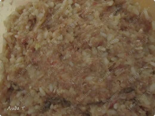 Фаршированный перец - это блюдо румынской и молдавской кухни. Готовится из очищенного от семян сладкого перца, который наполняется мясным фаршем (обычно говяжьим), рисом и тёртыми помидорами. И как правило, подается со сметаной. У меня опять вариации. Итак, перец фаршированный. фото 4