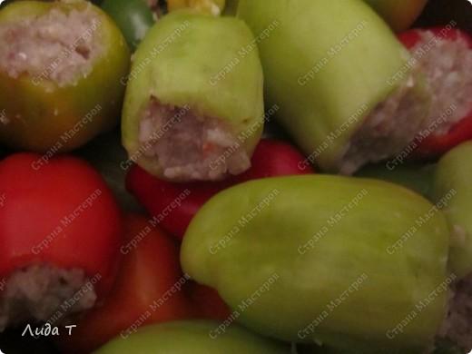 Фаршированный перец - это блюдо румынской и молдавской кухни. Готовится из очищенного от семян сладкого перца, который наполняется мясным фаршем (обычно говяжьим), рисом и тёртыми помидорами. И как правило, подается со сметаной. У меня опять вариации. Итак, перец фаршированный. фото 5