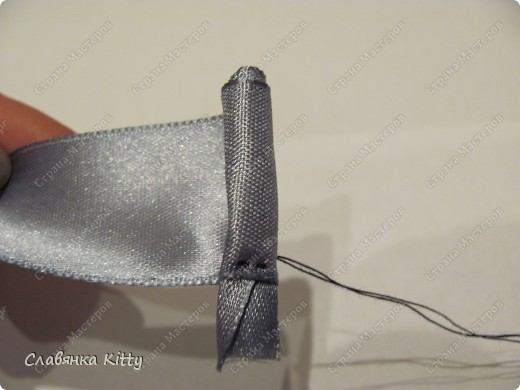 Такую розочку можно сделать из ленты или из полоски ткани. И использовать для украшения всего, что подскажет ваша фантазия: одежды, шляпки http://stranamasterov.ru/node/102892, декоративной подушки, штор, прически и т.д. Длина ленты может быть произвольной, необязательно такой, как у меня. Из ленты покороче получится более компактная розочка меньшего диаметра, из более длиной - большего диаметра с большим количеством лепестков. Аналогично и с шириной ленты, вы можете выбрать любую ширину, которая позволит вам скрутить цветок. фото 9