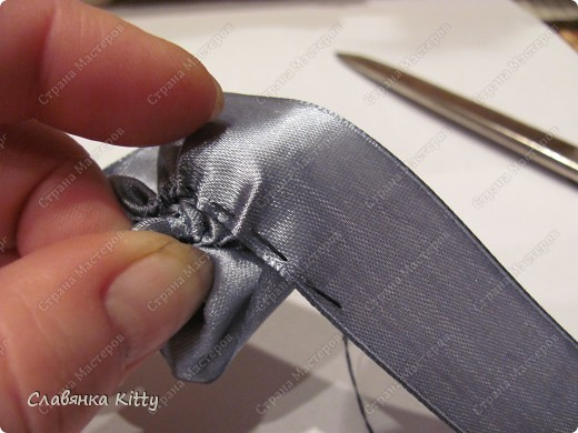 Такую розочку можно сделать из ленты или из полоски ткани. И использовать для украшения всего, что подскажет ваша фантазия: одежды, шляпки http://stranamasterov.ru/node/102892, декоративной подушки, штор, прически и т.д. Длина ленты может быть произвольной, необязательно такой, как у меня. Из ленты покороче получится более компактная розочка меньшего диаметра, из более длиной - большего диаметра с большим количеством лепестков. Аналогично и с шириной ленты, вы можете выбрать любую ширину, которая позволит вам скрутить цветок. фото 23
