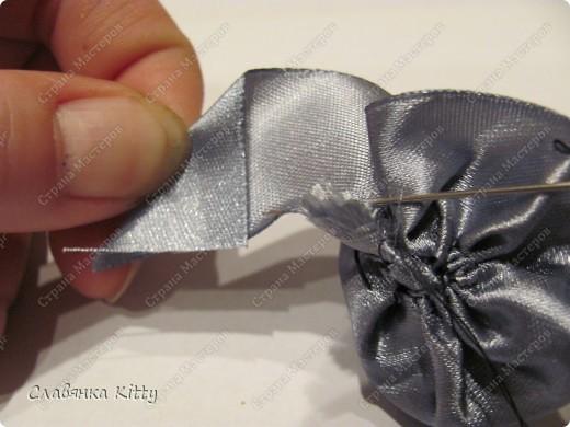 Такую розочку можно сделать из ленты или из полоски ткани. И использовать для украшения всего, что подскажет ваша фантазия: одежды, шляпки http://stranamasterov.ru/node/102892, декоративной подушки, штор, прически и т.д. Длина ленты может быть произвольной, необязательно такой, как у меня. Из ленты покороче получится более компактная розочка меньшего диаметра, из более длиной - большего диаметра с большим количеством лепестков. Аналогично и с шириной ленты, вы можете выбрать любую ширину, которая позволит вам скрутить цветок. фото 28
