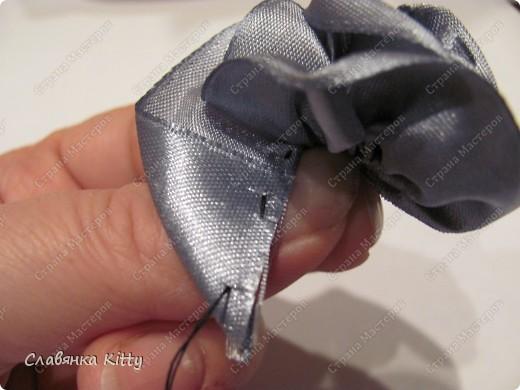 Такую розочку можно сделать из ленты или из полоски ткани. И использовать для украшения всего, что подскажет ваша фантазия: одежды, шляпки http://stranamasterov.ru/node/102892, декоративной подушки, штор, прически и т.д. Длина ленты может быть произвольной, необязательно такой, как у меня. Из ленты покороче получится более компактная розочка меньшего диаметра, из более длиной - большего диаметра с большим количеством лепестков. Аналогично и с шириной ленты, вы можете выбрать любую ширину, которая позволит вам скрутить цветок. фото 30