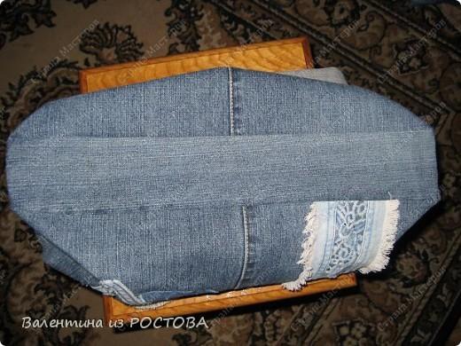 Для пошива сумки понадобится: 2 джинсов разных расцветок, ножницы, нитки, сантиметр, швейная машинка, подкладочная ткань, терпение. фото 6