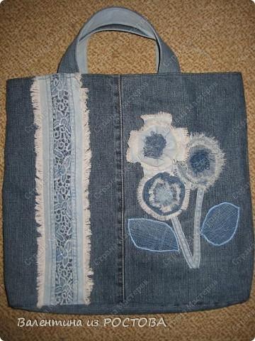 Для пошива сумки понадобится: 2 джинсов разных расцветок, ножницы, нитки, сантиметр, швейная машинка, подкладочная ткань, терпение. фото 1
