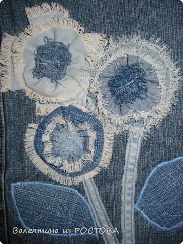 Для пошива сумки понадобится: 2 джинсов разных расцветок, ножницы, нитки, сантиметр, швейная машинка, подкладочная ткань, терпение. фото 12