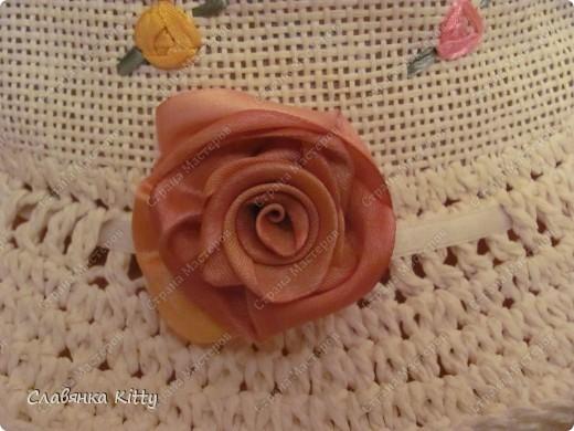 Вот так можно достаточно быстро украсить шляпку, пришив к ней розы из лент. Шляпка готовая. Для изготовления розочек использовалась лента шириной 25 мм, предварительно тонирована вручную. Как сделать такие розочки можно посмотреть в моем мастер-классе http://stranamasterov.ru/node/102649 фото 2