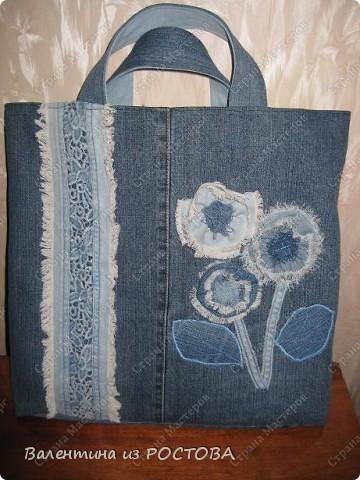 Для пошива сумки понадобится: 2 джинсов разных расцветок, ножницы, нитки, сантиметр, швейная машинка, подкладочная ткань, терпение. фото 8