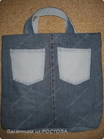 Для пошива сумки понадобится: 2 джинсов разных расцветок, ножницы, нитки, сантиметр, швейная машинка, подкладочная ткань, терпение. фото 9
