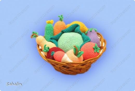 Вот такой урожай овощей и фруктов собрался. Вязала без схем, просто представляла какойто плод и вязала прибавляя и убавляя петельки на глаз. Работа тоже давнишняя, но мне очень нравится. фото 1