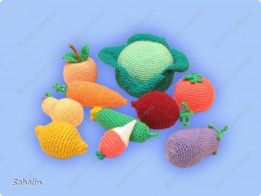 Вот такой урожай овощей и фруктов собрался. Вязала без схем, просто представляла какойто плод и вязала прибавляя и убавляя петельки на глаз. Работа тоже давнишняя, но мне очень нравится. фото 2