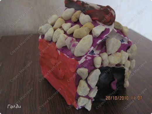 Вика сама придумала сделать домик из коробки (из под сливок),обмазала пластилином и украсила камушками фото 1