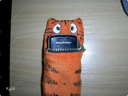 Начинаем подготовку к Новому Году кота или зайца))) Это чехлы для мобильного телефона)) Идею я обнаружила в интернете, а исполнение уже мое))) Делать легко и быстро. Пошила из флиса, разрисовала контуром. фото 6